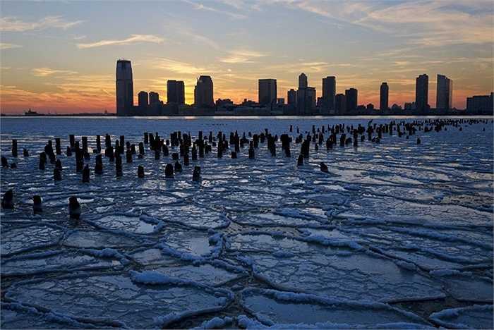 Mực nước biển dâng cao. Cũng giống như một trận lụt khổng lồ, mực nước biển có thể dâng cao đột ngột và có thể nhấn chìm nhiều thành phố lớn trên thế giới