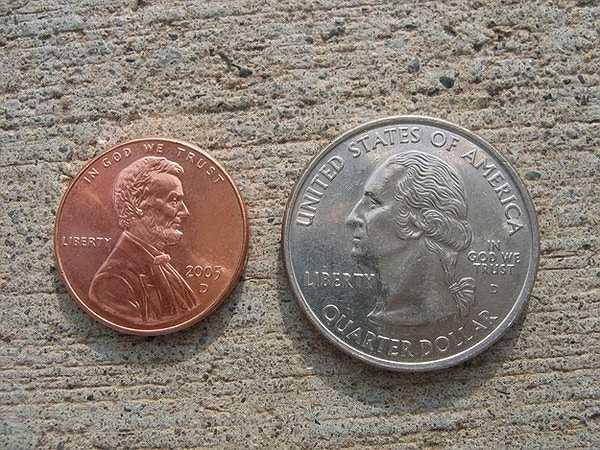 Đồng xu được dính dưới nền nhà sẽ khiến nhiều người phải vất vả để nhặt lên