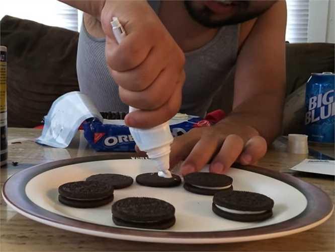 Thay lớp kem của bánh quy bằng  kem đánh răng.