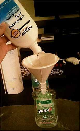 Thay nước rửa tay bằng dầu bôi trơn.