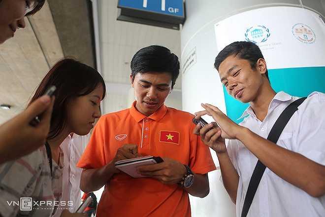 Trong khi đó, hậu vệ Mạnh Hùng cũng không ngần ngại ký tặng các bạn trẻ.