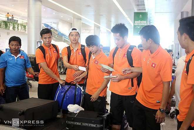 Sau khi về nước, nhóm cầu thủ phía Bắc và Miền Trung sẽ bay về địa phương vào tối nay. Riêng các cầu thủ HAGL sẽ ở lại TP HCM và sáng mai bay ra Quy Nhơn (Bình Định) trước khi đi đường bộ về Gia Lai.