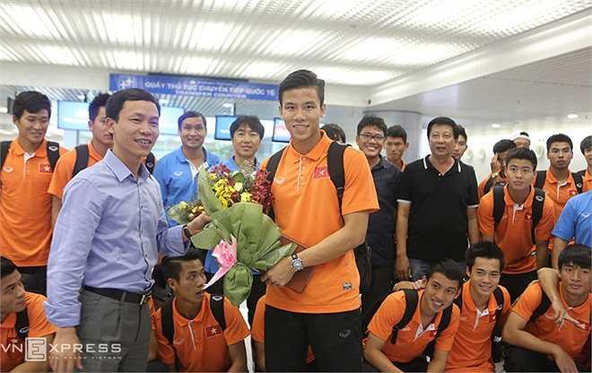 Đội trưởng Quế Ngọc Hải nhận hoa từ đại diện VFF.