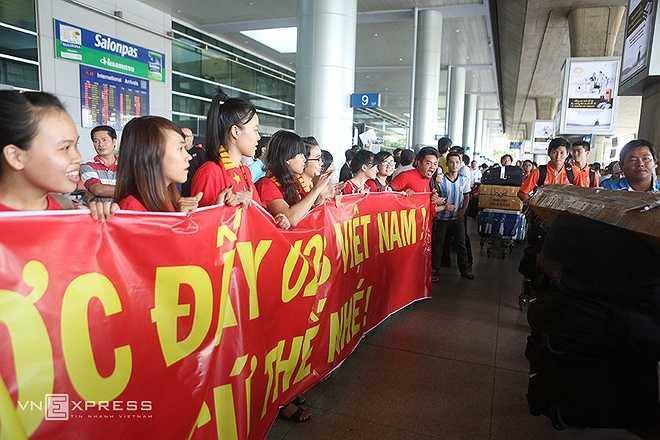 Khá đông người hâm mộ ở bên ngoài với băng-rôn, biểu ngữ và luôn hô vang 'U23 Việt Nam', 'Miura', 'Công Phượng'... để chào đón những người hùng trở về.