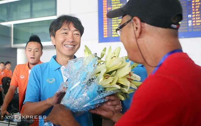 HLV Miura cười hạnh phúc khi được đại diện Hội CĐV Việt Nam tặng hoa chúc mừng.