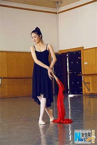 Hình ảnh nữ diễn viên sinh năm 1994 đầy quyến rũ trong bộ trang phục múa ba lê.