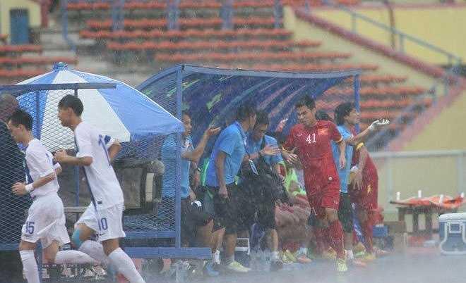 HLV Miura thừa nhận chính cơn mưa khiến trận đấu bị gián đoạn là bước ngoặt giúp U23 Việt Nam có thể thắng đậm 7-0.