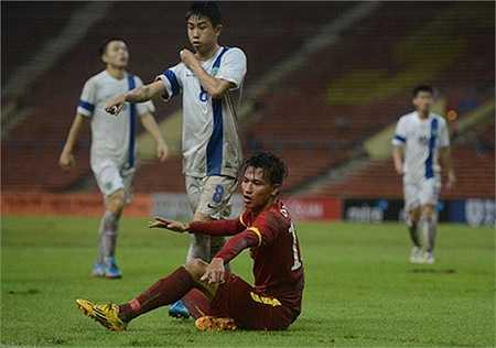 Ngọc Thắng mang về quả phạt đền cho U23 Việt Nam ở cuối hiệp 1