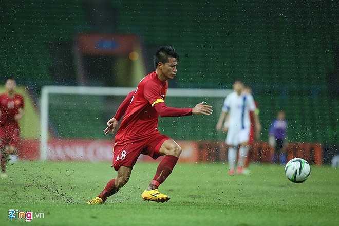 Mặt sân sũng nước ảnh hưởng đến lối đá kỹ thuật, phối hợp bóng nhanh của U23 Việt Nam bị ảnh hưởng