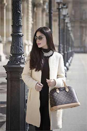 Á hậu diện trang phục thanh lịch quý phái, khoe dáng bên những thắng cảnh nổi tiếng của thủ đô Paris như bảo tàng Louvre, tháp Eiffel, cây tình yêu Pont des Arts...