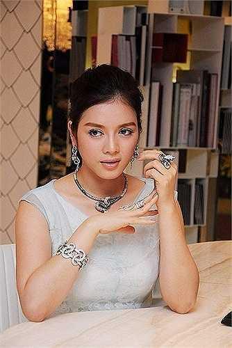 Từ khi kinh doanh kim cương, Lý Nhã Kỳ thường xuyên xuất hiện với những món trang sức đắt giá.