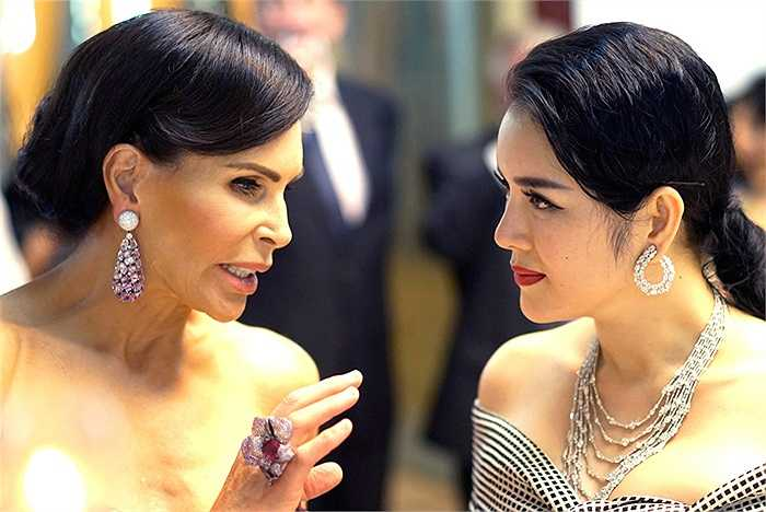 Cô cũng không ngần ngại 'đọ' kim cương với nữ tỷ phú ngoại quốc.