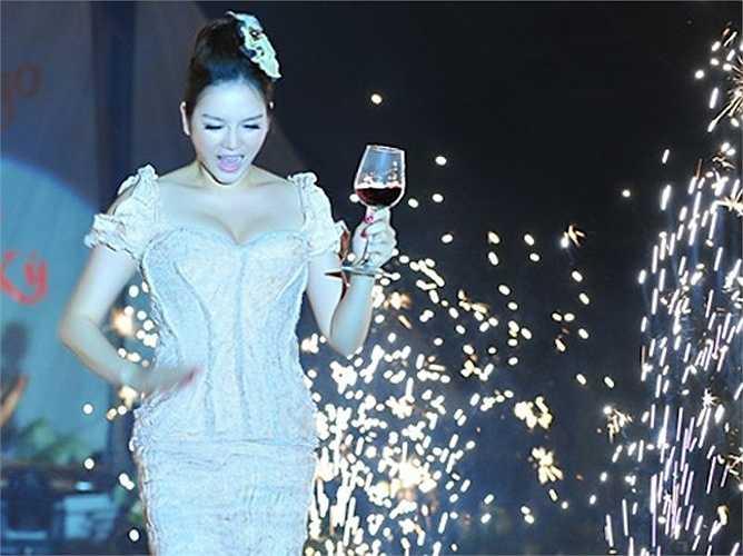 Buổi tiệc được trang trí với 1000 bông hoa hồng trắng. 140 khách mời giới hạn có cả những chính trị gia, tỷ phú người nước ngoài đến Việt Nam bằng phi cơ riêng. Thậm chí, tổng thống Philippines cũng gửi lời chúc mừng cô.  (Trung Ngạn)