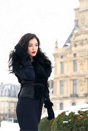 Cô từng diện nhiều trang phục có giá từ vài trăm triệu đến hàng tỷ đồng đến các sự kiện trong và ngoài nước.