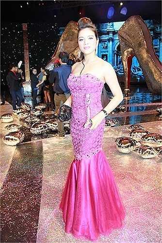 Hay một trang phục khác với tổng trị giá từ váy, nhẫn, clutch... mà theo Lý Nhã Kỳ tiết lộ, lên đến 12 tỷ đồng.