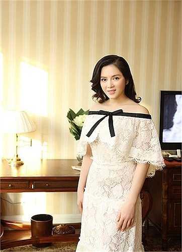 Cô xuất hiện với những món đồ giá trị ngày càng tăng. Chiếc váy 2 tỷ đồng làm xôn xao dư luận của thương hiệu Chanel