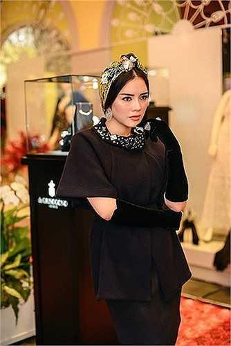 Trâm cài hàng hiệu Paolo Piovan có giá 15000 USD; Áo Tsumori Chisato 1500 USD; Váy Alexis Mabille 750 USD. Như vậy, với bộ trang phục này, Lý Nhã Kỳ đã chi ra khoảng 3,7 tỷ đồng.