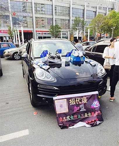 Một nhóm bạn trẻ sinh năm 90 ở Ôn Châu (Trung Quốc) đã bắt đầu công việc kinh doanh bằng cách dùng xe sang bày hàng hóa nhằm hút khách