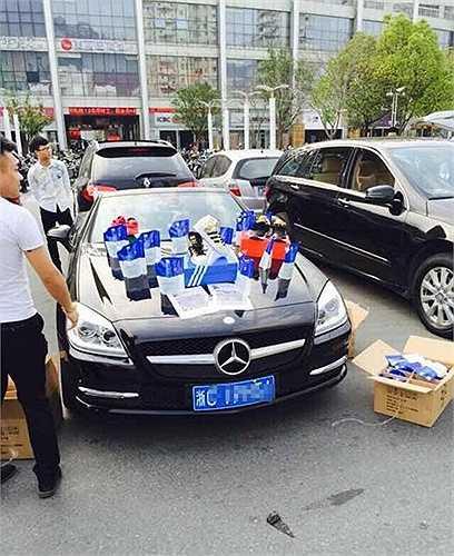 Trong khi đó, những người khác lại dùng xe sang để bán các túi bột giặt