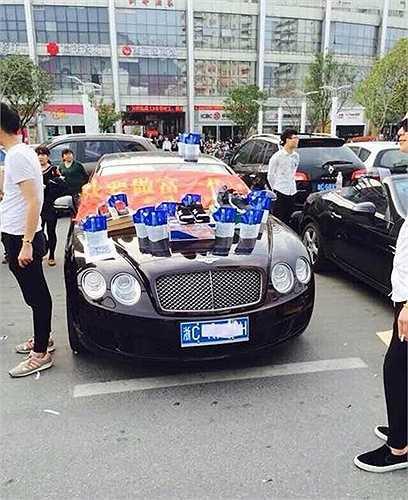 Một chiếc xe sang khác bày bột giặt và giày thể thao để thu hút sự chú ý của khách hàng