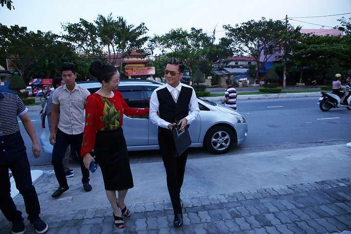 Mặc dù đang bận rộn luyện tập cho liveshow 'Thương hoài ngàn năm' tại Đà Nẵng, Mr Đàm vẫn tranh thủ tham dự một sự kiện của người bạn thân