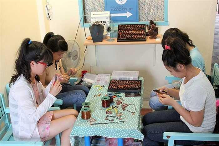Xưởng sản xuất nữ trang độc đáo này có diện tích khá nhỏ, nhân công chủ yếu là học sinh, sinh viên làm bán thời gian. Trung bình mỗi tháng xưởng cung cấp ra thị trường hơn 1.000 sản phẩm các loại, như nhẫn, mặt dây chuyền, vòng tay, móc khóa...