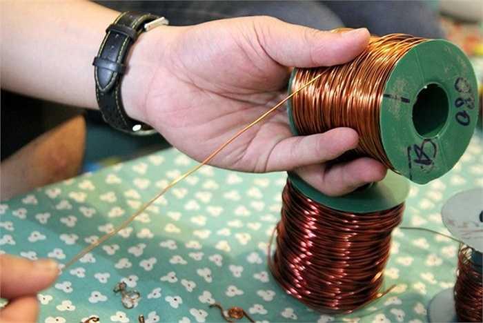 Dây điện đồng với tính chất mềm dẻo, màu sắc tự nhiên chính là vật liệu lý tưởng để thiết kế đồ trang sức lạ mắt, một thành viên nhóm thiết kế của cửa hàng cho biết.