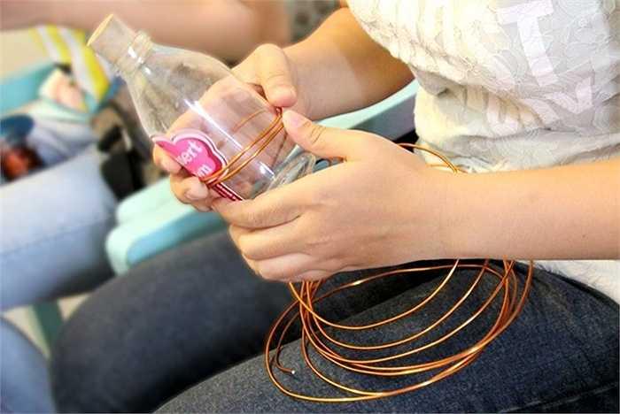 Chai thủy tinh được sử dụng để đo kích cỡ vòng tay.
