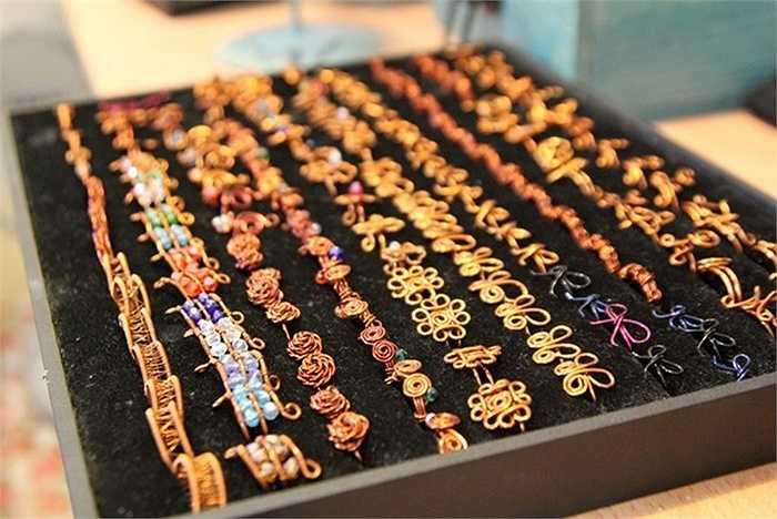 Mỗi chiếc nhẫn này có giá 50.000 đồng đến 70.000 đồng.
