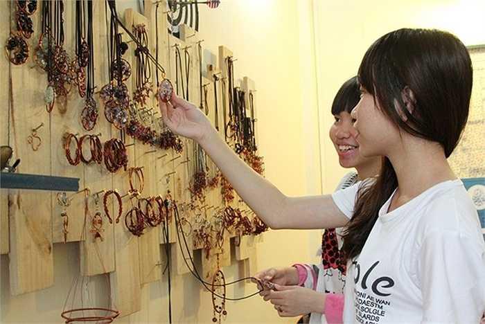 Cửa hàng đang tiến tới tổ chức các lớp học để khách có thể tự tay làm cho mình những bộ trang sức yêu thích.