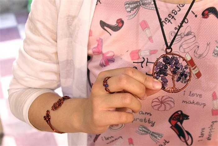 Một bộ trang sức bao gồm vòng tay, nhẫn, dây chuyền thường có giá  450.000 đồng đến 1 triệu đồng, tùy thuộc vào kiểu dáng và những loại đá đính kèm...