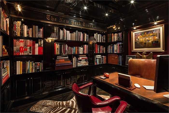 Thư viện sách được ốp gỗ toàn bộ với chữ 'The New York Times' - tên của một tờ báo nổi tiếng của Mỹ được khắc ở trên cao.