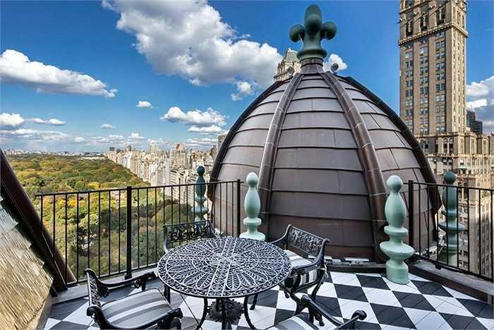 Và nếu lên trên tầng mái, bạn có thể vừa ngồi nhâm nhi một tách trà và nhìn ra Công viên Trung tâm Central Park và Fifth Avenue.