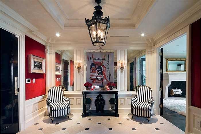Vì là nhà thiết kế thời trang nên nội thất và cách phối hợp màu sắc trong nhà của Tommy Hilfiger cũng hết sức đẹp và sang trọng, mang phong cách giống hãng thời trang cùng tên mà ông làm chủ.