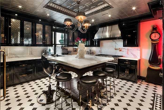 Khu vực nhà bếp toàn bộ là màu đen nổi bật mang phong cách của những năm 1950. Ngoài màu đen thì còn màu đỏ và màu trắng đều là những màu chủ đạo trong ngôi nhà.