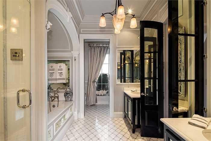 Phòng tắm chính mang phong cách nhà tắm hoàng gia, hiện đại, sang trọng và tiện nghi đầy đủ.