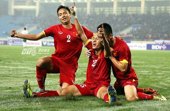 Người tỏa sáng tối hôm ấy lại là cựu tuyển thủ Olympic Việt Nam, Huy Toàn. Cầu thủ SHB Đà Nẵng cùng với đội trưởng Ngọc Hải là những người chắc suất đá chính trong đội hình HLV Miura (Ảnh: Quang Minh)