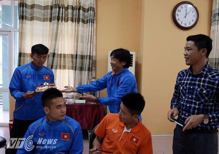 U23 Việt Nam tập trung không chỉ có tập luyện. HLV Miura còn rất chú ý đến cuộc sống nơi hậu trường. Trong ảnh, thầy Nhật gửi bánh sinh nhật tặng cậu học trò Mạnh Hùng (Ảnh: Quang Minh)