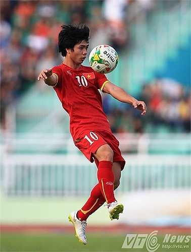 Trận này, anh được giao khá nhiều bóng và thoải mái cầm bóng đột phá. Tuy nhiên, hiệu quả mà cầu thủ mang áo số 10 mang lại không cao. Hệ quả là U23 Việt Nam hòa không bàn thắng (Ảnh: Quang Minh)