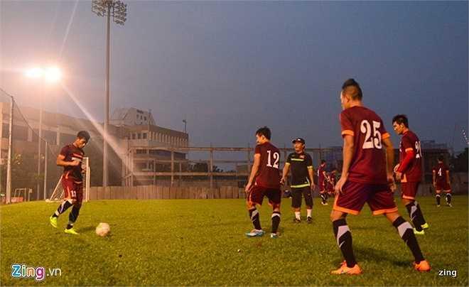 Trên đất Malaysia, U23 Việt Nam phải tập buổi đầu tiên trên sân không có đèn do sự chuẩn bị thiếu chu đáo từ BTC. (Zing.vn)