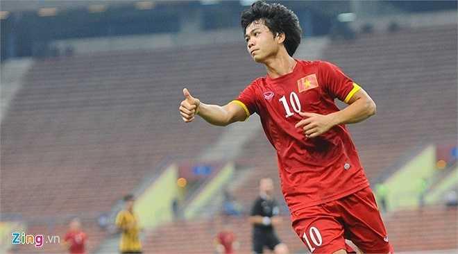 Công Phượng ăn mừng chiến thắng trước Malaysia khi anh ghi 1 bàn và kiến tạo cho Huy Toàn ghi bàn còn lại. (Zing.vn)