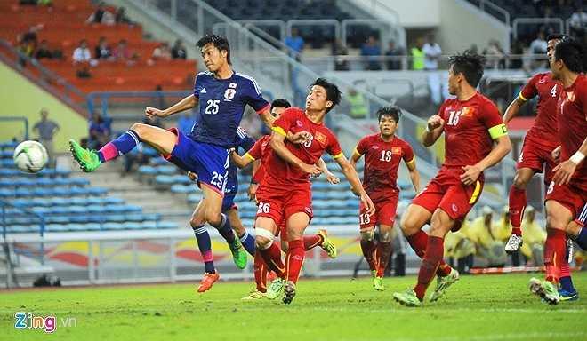 Tuy tử thủ bằng sơ đồ 5-4-1 nhưng U23 Việt Nam vẫn không thể ngăn các cầu thủ Nhật Bản ghi 2 bàn thắng. (Zing.vn)