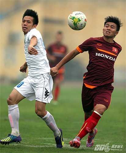 Tròn 10 ngày hội quân, U23 Việt Nam bước vào trận giao hữu đầu tiên với Hà Nội T&T. Rất bất ngờ khi trung vệ Mạnh Hùng lại là người mở hàng cho toàn đội với cú sút phạt đẹp mắt (Ảnh: Quang Minh)
