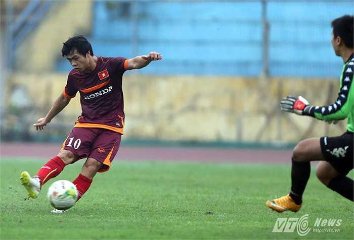 Tiền đạo xứ Nghệ tận dụng triệt để sai lầm của Đại Đồng để ấn định chiến thắng 3-1 (Ảnh: Quang Minh)