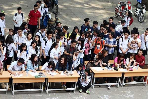 Sáng 1/4, các học sinh trường THPT Phan Đình Phùng (Hà Nội) đã có một buổi thi tài năng và casting văn nghệ cho Dạ hội FETH được tổ chức vào ngày 11/4/2015 với nhiều tiết mục hấp dẫn