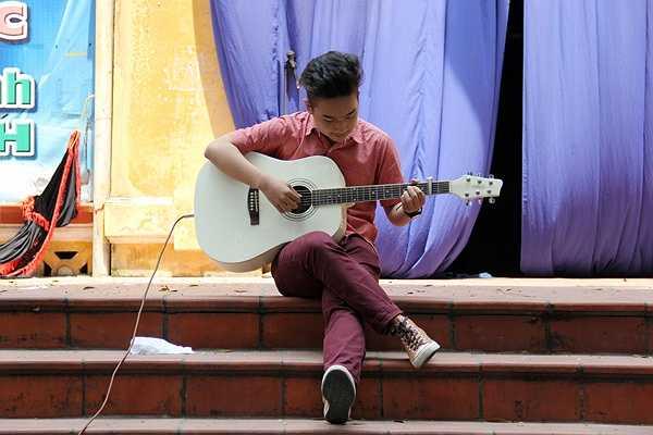 Tạ Xuân Toàn điệu nghệ bên chiếc đàn guitar