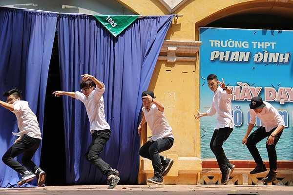 Các tiết mục được trình diễn với nhiều thể loại đa dạng, từ hát, nhảy, kịch, ảo thuật, patin nghệ thuật đã thể hiện được tài năng của các bạn học sinh Phan Đình Phùng.