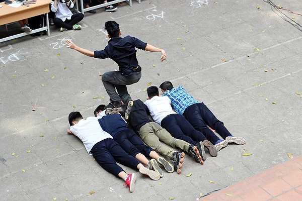 Cả sân khấu nín thở theo dõi từng động tác trượt patin đầy mạo hiểm của Phạm Vũ Lâm
