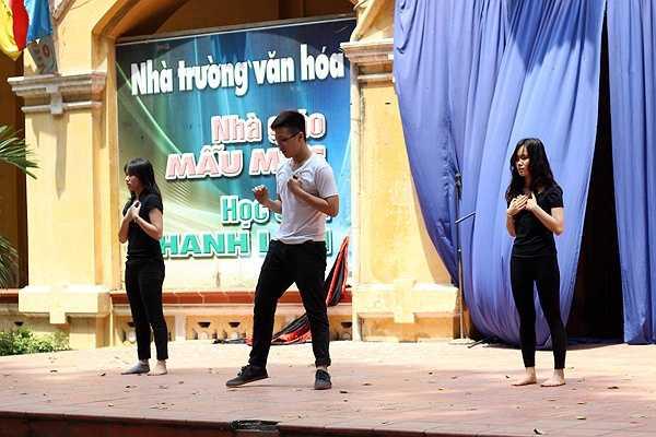 Tiết mục nhảy đương đại của Lê Đình Duy