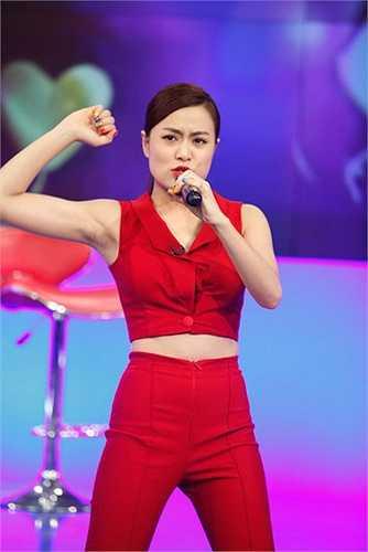 Năm 2013, sau 6 năm bị cấm không văn bản của nhà đài, Hoàng Thùy Linh đã vô cùng hạnh phúc khi MV Rơi được lên sóng và được mời biểu diễn trực tiếp trên sóng quốc gia trong chương trình Bài hát yêu thích.
